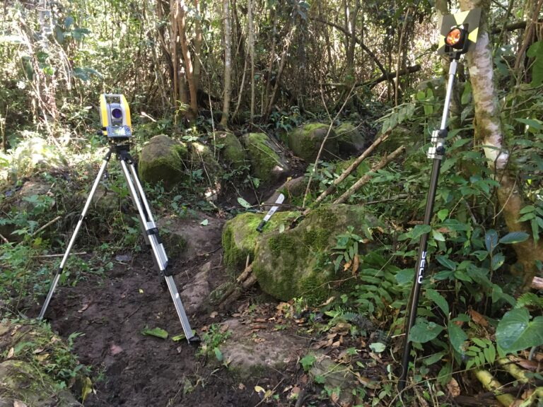 Trimble totalstation i den peruvianske jungle Wadskjær Forlag The forgotten Amazon
